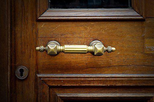 Fachowcy otwierający drzwi